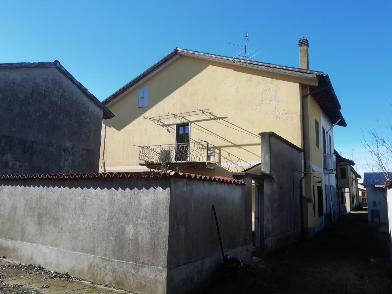 T331 CORBETTA: Casa semindipendente + cortile € 155.000