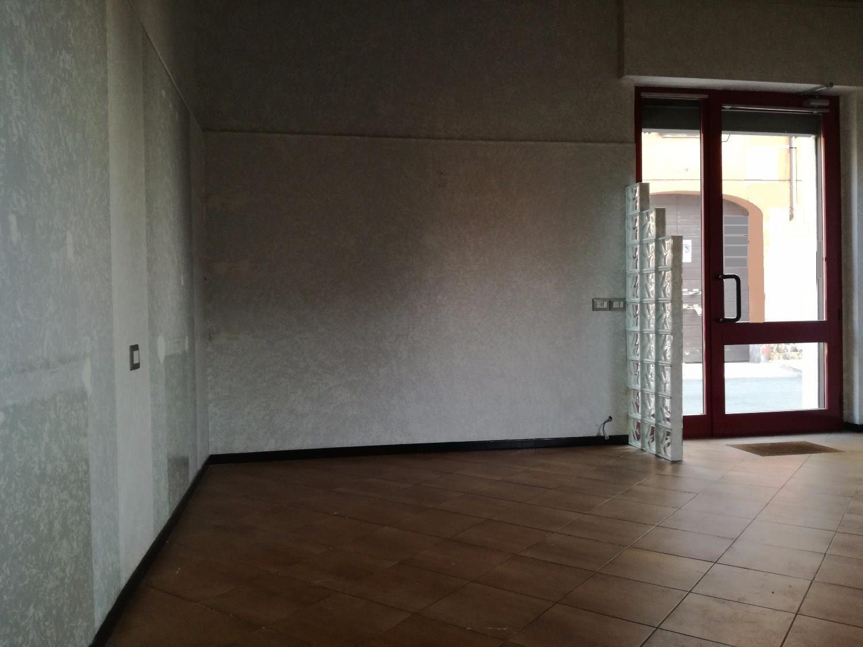 NA205 MAGENTA Ad.ze CENTRO Negozio con vetrina € 650