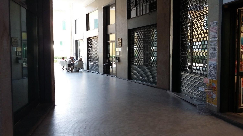 NA204 MAGENTA Centro: Negozio con 2 vetrine € 1.250