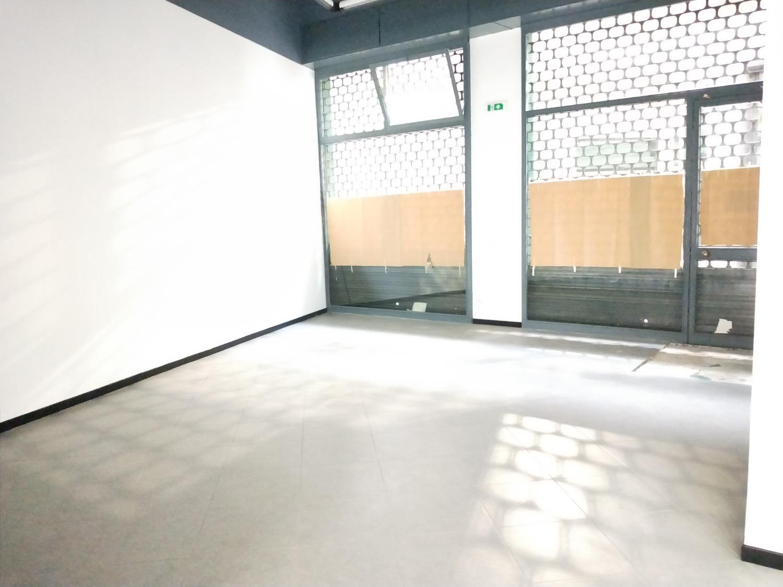 NA204 MAGENTA Centro: Negozio con 2 vetrine € 1.000