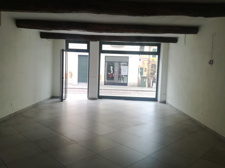 LA317 Magenta Centro Negozio con vetrina € 1.200