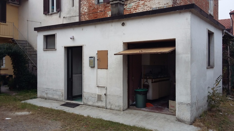 T2163 Magenta Pontevecchio 2 locali in corte € 39.000