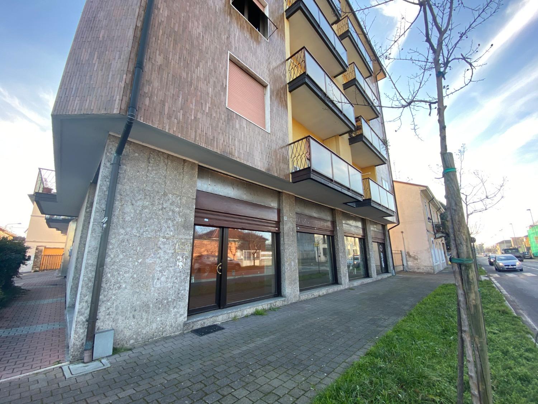 NT402 Magenta: Negozio con 5 vetrine € 162.000
