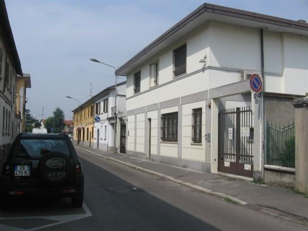 AA201 MAGENTA CENTRO NEGOZIO/UFFICIO € 450
