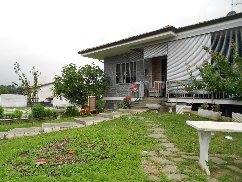 T325 oleggio villa libera su quattro lati con giardino