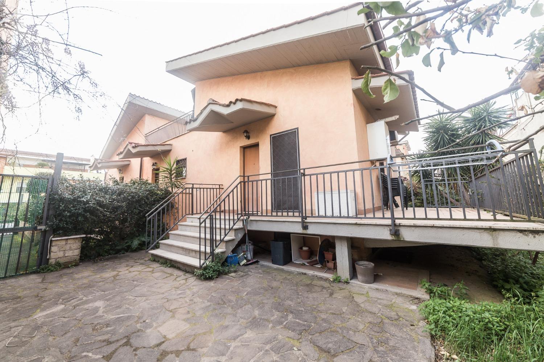 Villa in affitto a Roma in Via Dervio, 31