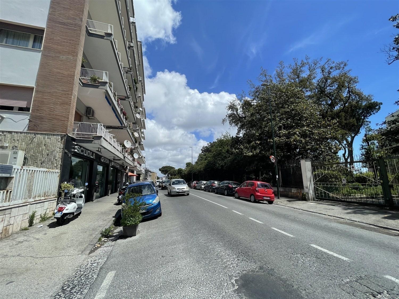 Posillipo via Manzoni appartamento in parco posto auto