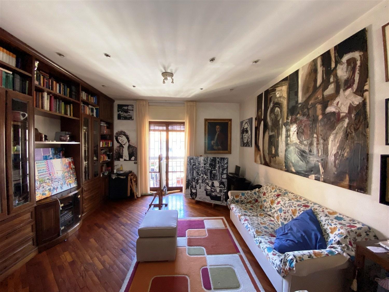 Via Longo luminoso appartamento in buono stato