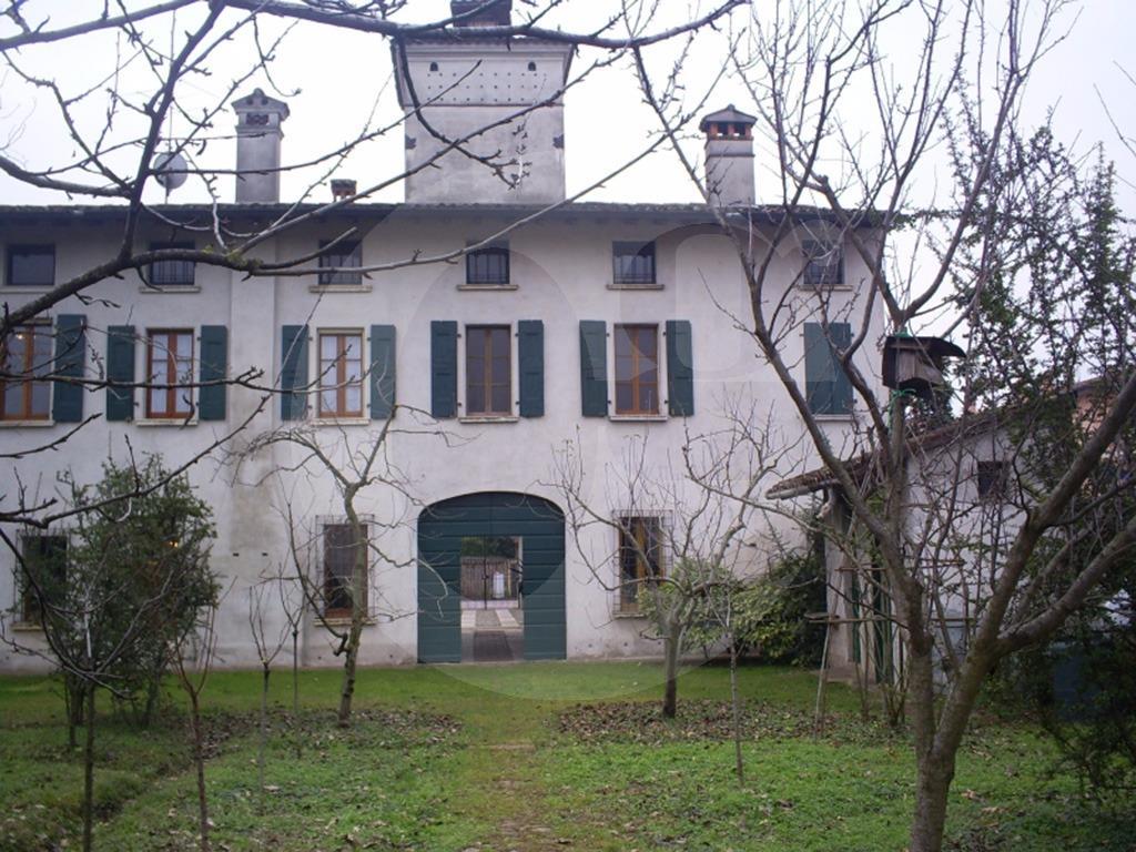 Hinterland sud Brescia cascinale con terreno in vendita