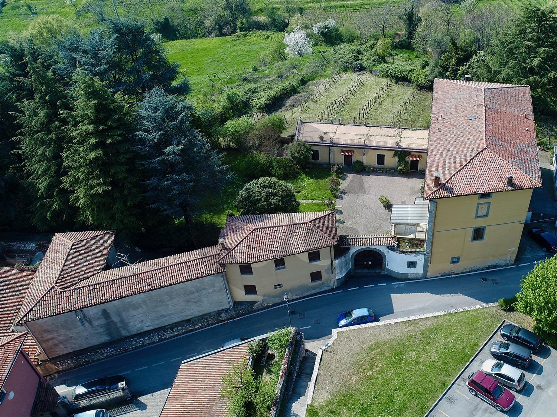 Monticelli Brusati palazzo con vigneto in vendita