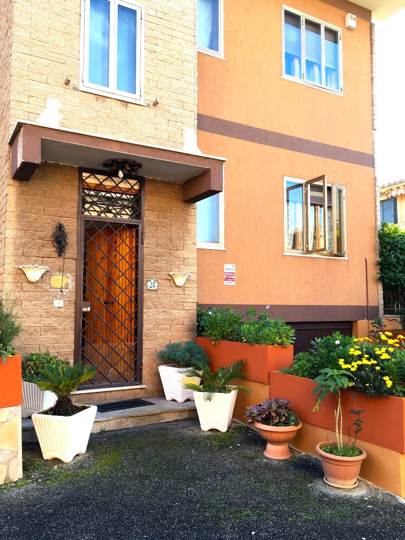 Villa in vendita a Marino, 9 locali, prezzo € 300.000 | CambioCasa.it