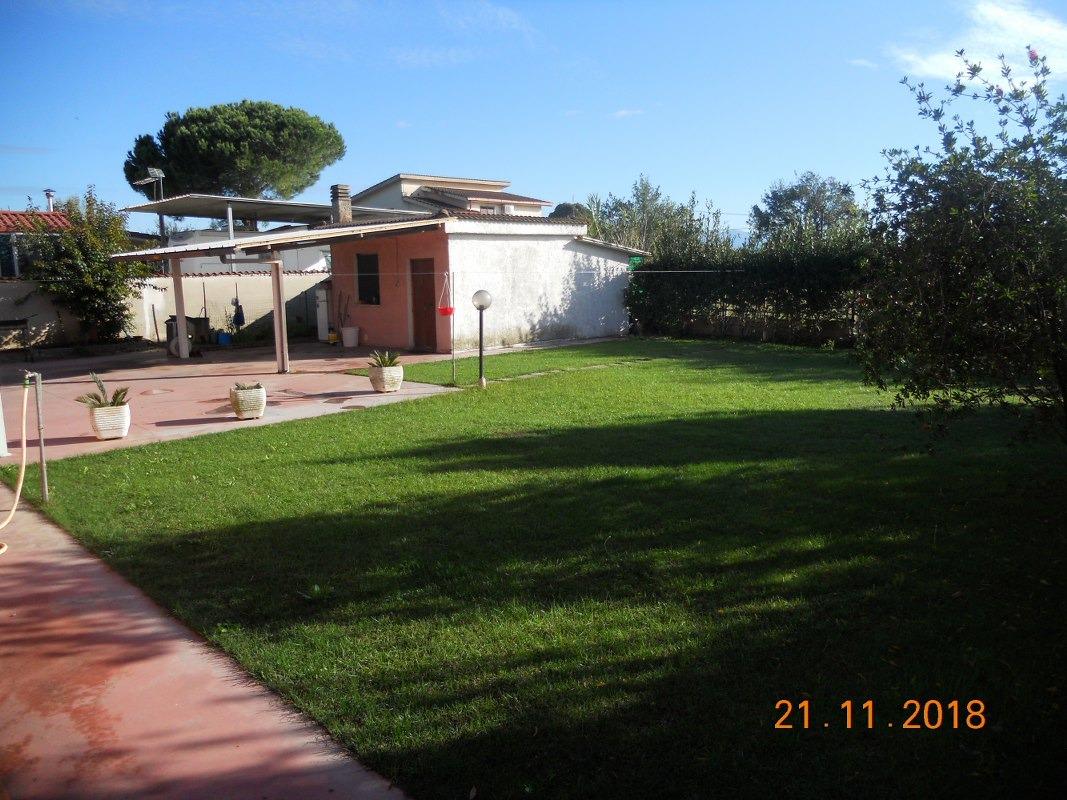 Villa in vendita a Aprilia, 7 locali, prezzo € 260.000   CambioCasa.it
